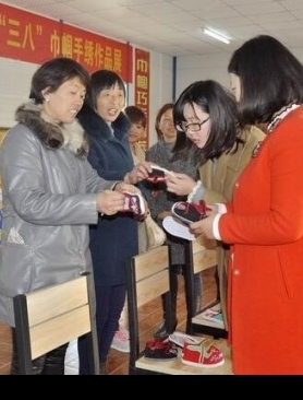 """图:复兴举办庆""""三八""""巾帼手绣品展示活动"""